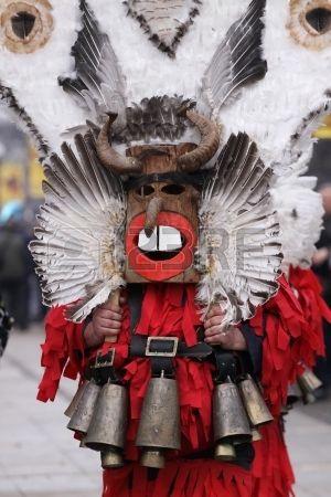 Pernik, Bulgaria - 02.02.2013: ragazzo non identificato con il costume tradizionale Kukeri sono visti al Festival Internazionale dei Giochi ...