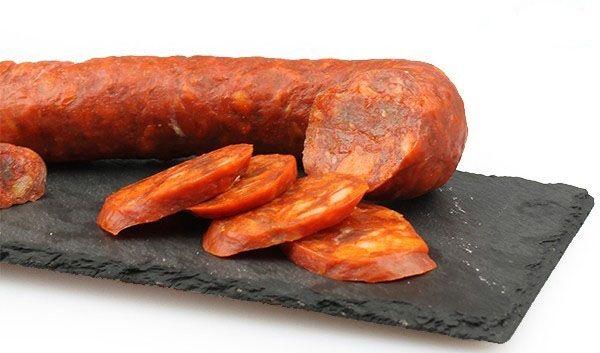 CHORIZO RIOJANO DULCE Posiblemente el embutido más importante que se elabora en la región, de magras y paletas de cerdo seleccionadas de tierras de Nájera, Baños de Río Tobía, Santo Domingo de Silos, Logroño y el valle del Iregua. Se elabora, además de con carne y tocino porcino, de pimentón, especias, ajo y sal. No contiene adimentos químicos, como marca la IGP del Chorizo Riojano. http://www.porprincipio.com/jamon-embutido-y-conservas/146-chorizo-riojano-1.html#