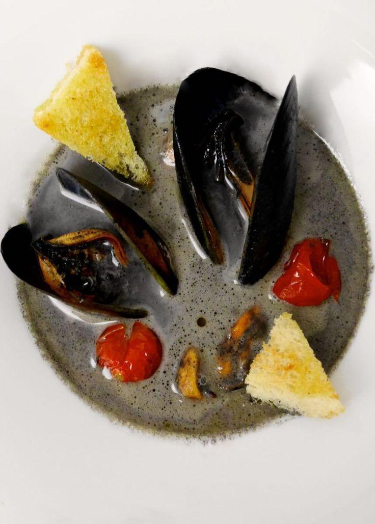 Zuppa di cozze nel latte di mozzarella nera