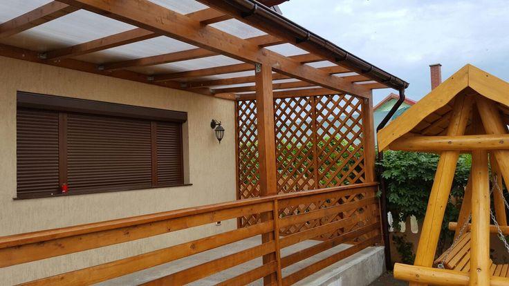 Terasa din lemn acoperita cu policarbonat.