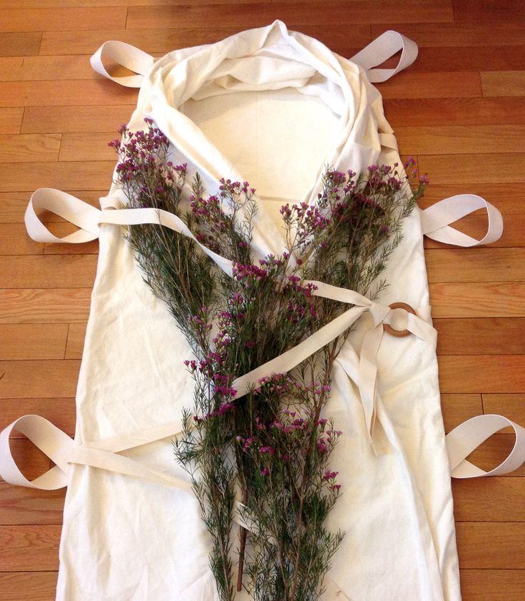 Een witte lijkwade, versierd met  bloemen | Vind meer inspiratie over een ecologische uitvaart op http://www.rememberme.nl/ecologische-uitvaart/