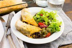 Recept voor mexicaanse wraps voor 4 personen. Met kaas, Griekse yoghurt, gehakt, sla, tortillawraps, maïskorrels, bruine bonen, kruidenmix chili con carne en tomaat