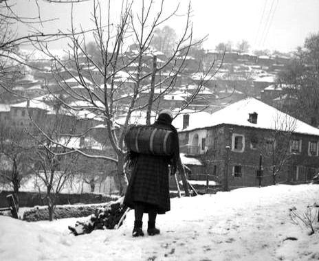Tloupas.gr -Κουβαλώντας νερό με βαρέλι στο Μέτσοβο 1951