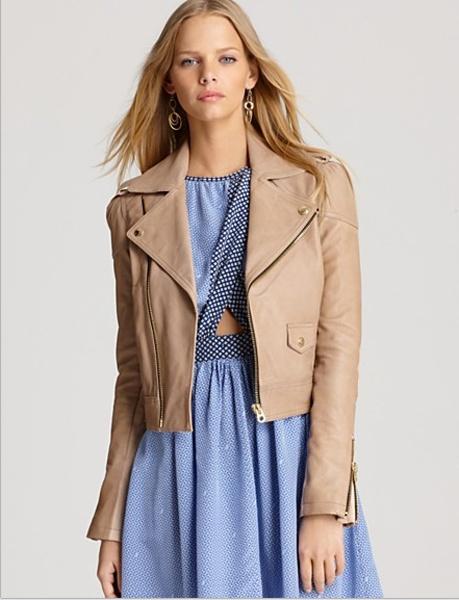 Las chaquetas confeccionadas en piel en tonos claros son excelentes opciones para sumarle a tu outfit un aire edgy sin hacerlo invernal pues el calor es totalmente de carácter estival.