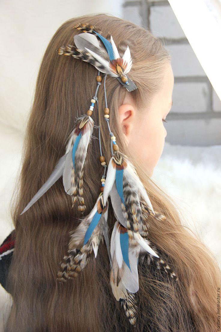 Купить или заказать Длинная заколка с перьями 'Зимний ветер' в интернет-магазине на Ярмарке Мастеров. Длинная заколка-прядь с перьями 'Зимний ветер' - льдисто-голубые и светло-серые оттенки освежает белый цвет, а коричневые небольшие акценты придают выразительность. Лучше всего выглядит такая прядь на светлых волосах, а если глаза у вас карего цвета, то сочетание получается весьма эффектным и гармоничным. Перьевые элементы двухсторонние, композиция сохраняется такой как на фот...