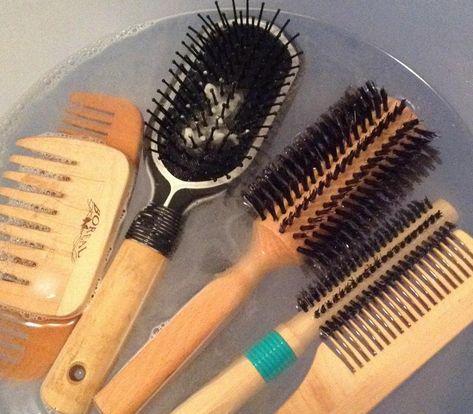 Come pulire spazzole e pettini.  Dopo averle liberate dai capelli in eccesso, riempiamo una ciotola d'acqua tiepida tendente più al caldo, mezza tazzina di bicarbonato di sodio e del sapone neutro. Lasciatele in ammollo almeno un'ora, dopo di che mettetele ad asciugare su un panno all'aria aperta con le setole rivolte verso l'alto. Se le setole sono in legno, utilizzate solo acqua calda e succo di limone.