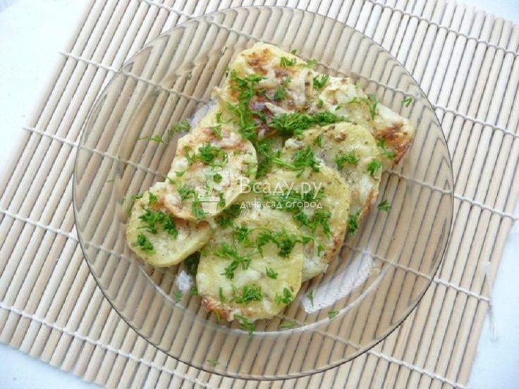 Запеченный картофель с чесночно-сметанным соусом - одно из основных блюд к столу на День Благодарения, получается вкусным и сытным, а готовить проще простого