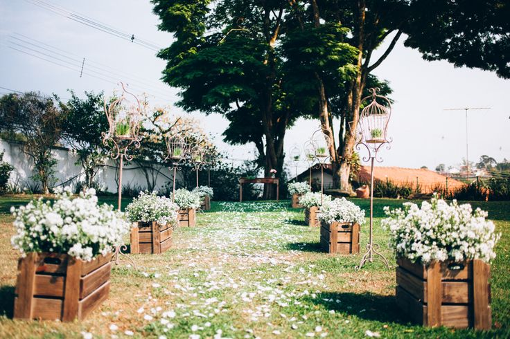 Os caixotes de madeira com as flores...