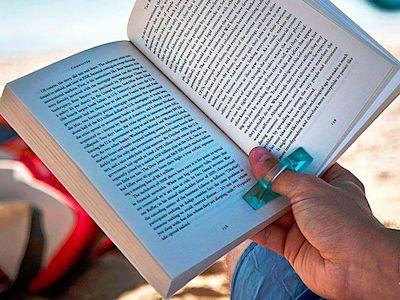Držák stránek knih Terra Nation Ahu uplatníte při čtení knih a časopisů na pláži či kdekoliv, kde fouká vítr. Výstava stanů, 84 Kč.