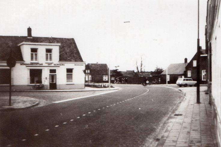 Dit is de foto van wat vroeger de hoek Emmastraat, Burg. Frenckenstraat en de Tuinstraat was... links zie je de winkel van Berkers. De gebouwen van van Golstein Brouwers en van der Loo waren toen al gesloopt om de weg naar de Bloemenwijk mogelijk te maken. Waar je links het verkeersbord ziet staat nu de RABO en. op de plek van Berkers is nu de ABN-AMRO bank.
