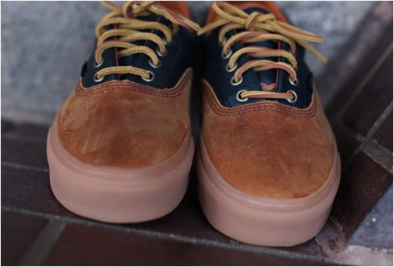 Loving these, the Vans California Era 45 sneakers have the best colourway we´ve seen recently, brown and navy combining beautifully made of premium leathers featuring laces also in leather. Great style. Pics by Ronnie Fieg