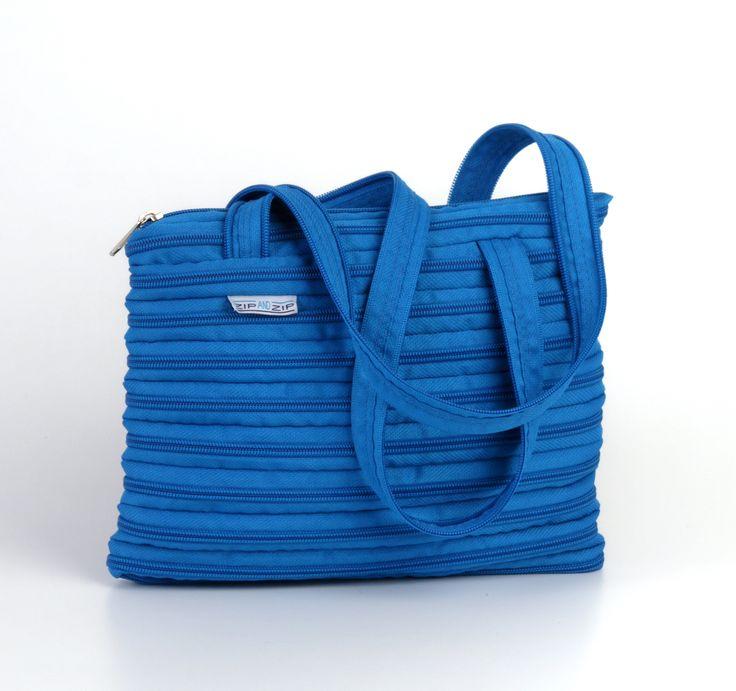 La borsa Mini-Amy è stata pensata per un pubblico giovane e dinamico ed è disponibile nei 12 colori Blu Navy, Prugna, Viola, Turchese, Bianco, Fucsia, Rosso corallo, Rosso Ferrari, Verde mela, Caffè, Grigio, Nero. Realizzata con un'unica cerniera, è completamente smontabile.