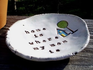"""DIY this Lovely Mothersday gift my dear children. """"Home is where my Mom is"""". A Handmade Plate is great! That will make each day sunny for all Moms for sure! :-D"""