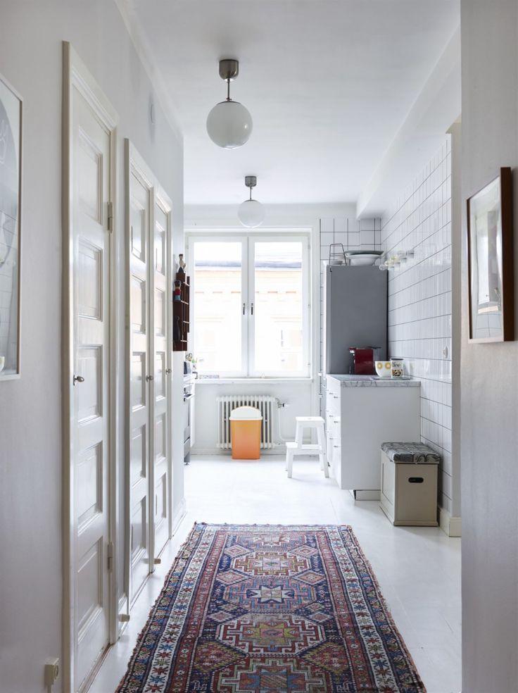 Bra planering. På 30-talet byggde man bostäder med gott om garderober bakom vackra spegeldörrar. Mattan kommer från Ingelas barndomshem.