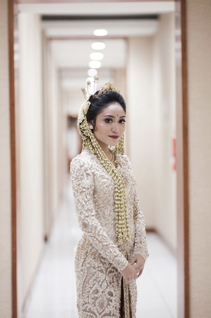 Traditional Sundanese Wedding With A Magical Indoor Garden | http://www.bridestory.com/blog/traditional-sundanese-wedding-with-a-magical-indoor-garden