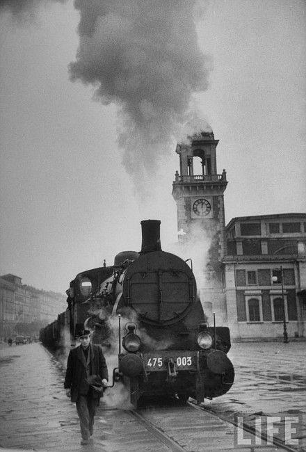 Trieste - Italia il treno lungo le rive che collega i due Punti Franchi 1955-56 (?)