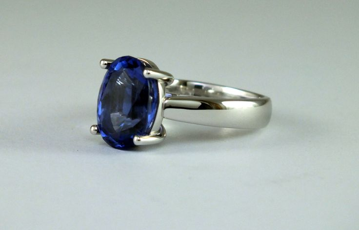 18ct White Gold Tanzanite Solitaire set with a Oval Tanzanite