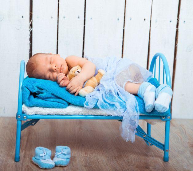 Come insegnare ai bambini a dormire da soli - Vostro figlio dorme ancora nel lettone con voi? Ecco 10 consigli per insegnare ai bambini a dormire da soli.