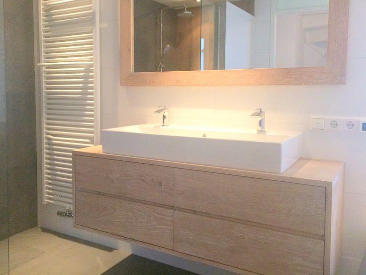 Prachtig hangend badkamermeubel van ruim 2 cm dikke eiken planken met 4 ruime lades op Soft close ladegeleiders. Strak en functioneel vormgegeven. Het eikenhout is prima geschikt voor de badkamer als je het bijvoorbeeld met een 2 componenten olie (olie met harder) behandeld. Dat kunnen wij natuurlijk voor je doen, kosten €50,- Deze is b140xd50xh48cm voor €1000,- In combinatie met het badmeubel is de spiegel 140x80cm met lijst 9cm voor €150,-