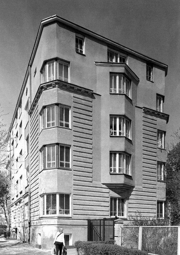 Na czarno białej fotografii łatwo można docenić urodę bloków z szarej cegły przy Placu Inwalidów powstałych w 1930 r. dla Mieszkaniowego Stowarzyszenia Spółdzielczego Oficerów. I ten budynek, projektu spółki Kazimierz Tołłoczko i Tadeusz Tołwiński zaskakuje ekspresjonistyczną formą