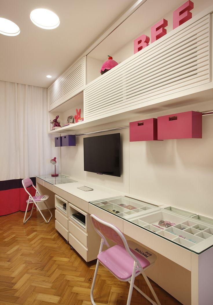 Decoração de: Quarto de criança; cortina branca, roxa e rosa; Casa de Valentina