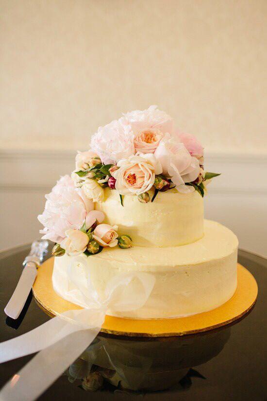 #flora #simplicity #weddingcake #wedding #white #reception #party #yummy #allprettyweddings