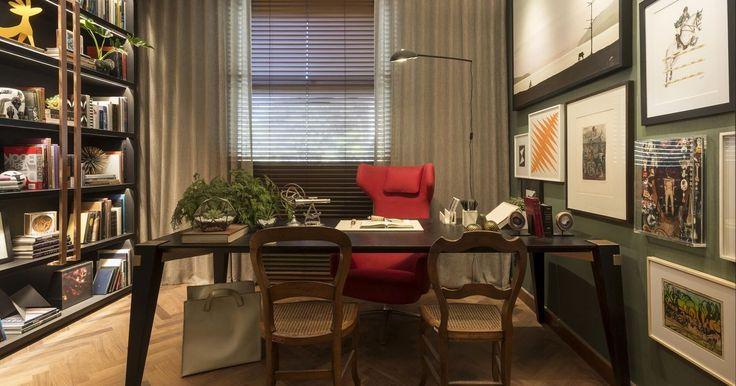 Parede verde musgo e cadeira vermelha de Patricia Hagobian