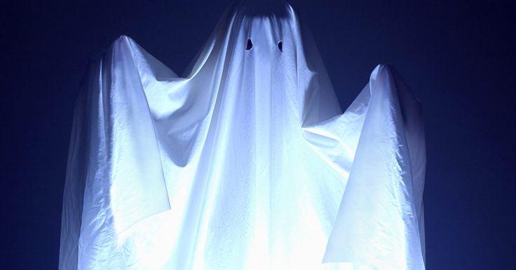 """Como fazer fantasmas de gaze para o Dia das Bruxas. Assuste seus convidados com fantasmas de gaze fáceis de fazer. Crie um fantasma pequeno para um belo centro de mesa ou um maior para a hora de dizer """"gostosuras ou travessuras."""""""