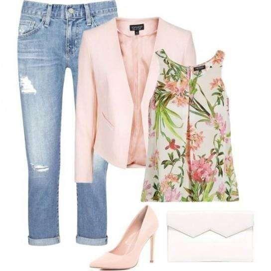 Look da giorno con giacca rosa - Capi e accessori rosa cipria sono la tendenza primavera estate 2015 di maggior successo, ecco un look ispirato al trend. Per realizzarlo abbinate un paio di pantaloni capri corti sul polpaccio a un top con stampa fiorata, aggiungete borsa chiara e completate l'outfit con giacca e pumps rosa. Sarete perfette e di tendenza.