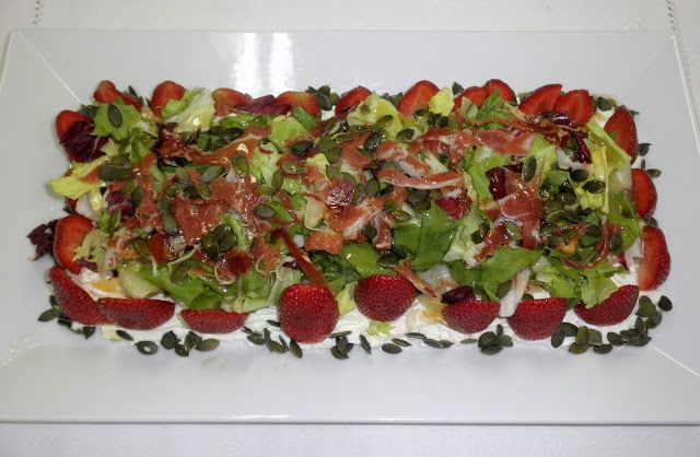 Ensalada de queso, fresas y pepitas de calabaza