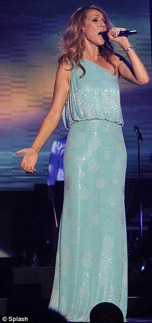 Blaue Belle: Frau Dion verwandelte sich in ein bodenlanges, schulteriges, aqua-farbiges Kittel