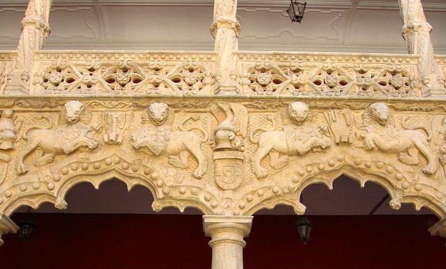 **Arco canopial mixtilíneo festonado, decorado con bolas o perlas. Guadalajara. Palacio del Infantado.Leones del Patio by *Inge, via Flickr