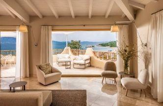 Hotel Cala Cuncheddi na severu Sardinie: Veřejné prostory hotelu vyzařují stejný klid a soulad jako pokoje pro hosty. Interiéry v přírodních tlumených barvách se prolínají s venkovním světem a výsledkem je dokonalá kompozice