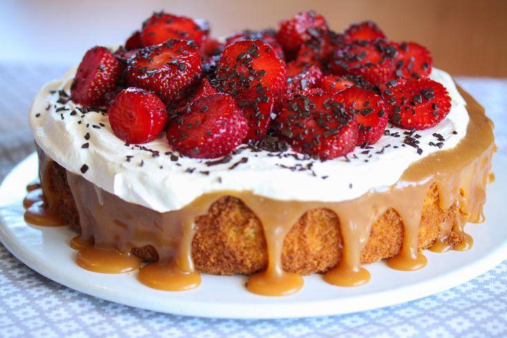 På lyse sommerdager er det hyggelig å sette frem en nydelig sommerkake!    Denne kaken består av en myk mandelbunn som dekkes med hjemmelaget karamellsaus og pisket krem. Mandelbunnen blir lys og myk fordi den lages med såkalt ekte marsipan (også kalt råmarsipan), som er marsipan med ekstra høyt mandelinnhold. Kaken pyntes med søte, røde jordbær og mørk sjokolade.   Deilig!   Oppskrift og foto: Kristine Ilstad/Det søte liv.