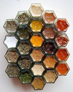 gewürze in bunten farben - gläser für gewürzaufbewahrung - 25  Gewürzaufbewahrung Ideen – besonders für kleine Küchen geeignet