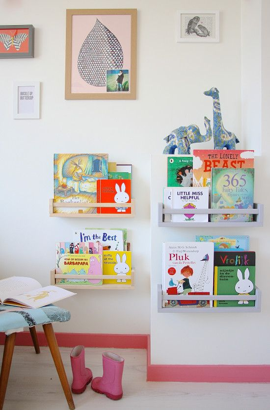 Llenando el mundo de color. Interiores minimalistas en la Haya Spice racks for children's books