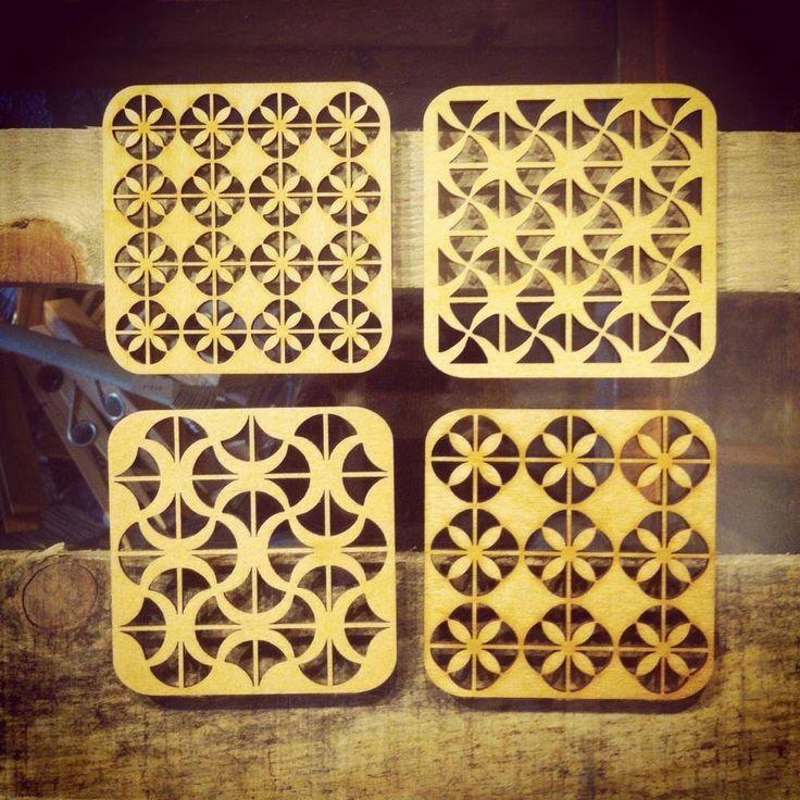 繊細なモチーフが切り抜かれた木製コースター。レーザーカット技術を使いながら手仕事の温もりがあります。LT shopでは、リトアニアの伝統紋様を思わせるジオメタリックシリーズ、森や木々の陰影などが揃う、フォレストシリーズの2シリーズをセレクトしています。リトアニアにはこうしたプロダクト系の木製品も多く見られます。伝統的な手工芸に切り絵があるので、踏襲されているのかもしれません。こちらも陶器などの和食器にもよく合います。吊るしてオーナメントとして楽しむことも。きれいに影が落ちます。<取扱 LT shop>