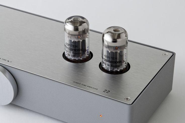 メーカー:イーケイジャパン(日本)素材:アルミニウム、スチール   使用真空管:6SN7GT 2本   最大出力:12W+12W(6~83スピーカー使用時)  周波数特性:15~30000Hz   サイズ:W265 x H103 x D151mm   本体重量:16kgハイブリッドステレオアンプ。真空管が持つその素朴な美しさを露に表現したいと考え、ト...