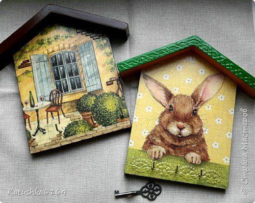 Ключницы : декупаж +текстурная паста . Кирпичи на домике с окном из картона  фото 1
