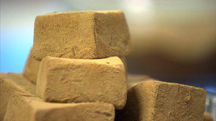 Den som lager sitt eget godteri vet hva den søte fristelsen inneholder. Disse myke karamellene er rullet i lakrispulver.