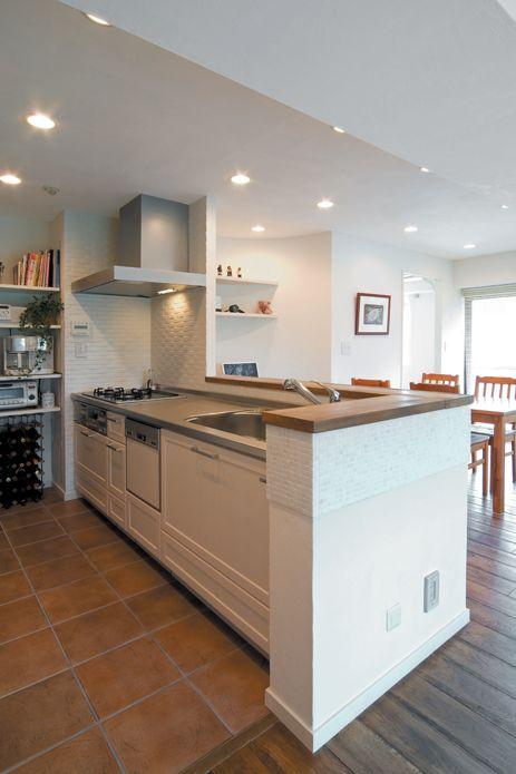 キッチンカウンターの天板はエイジング加工、ガスコンロの廻りや床にはタイルを使い、オシャレなキッチンに。【リノベ暮らしな人々25】