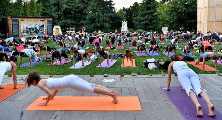 La Triennale di Milano ha celebrato l'International Yoga Day con un'intera giornata dedicata alla connessione con il Sole e con la Madre terra.