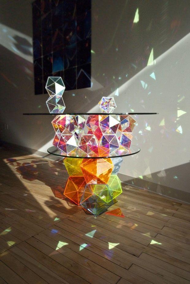 Mesa com prismas reflete luz natural - Casa Vogue | Curiosidades