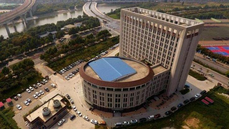 Reka bentuk universiti ini dikecam kerana sama macam jamban   BEIJING  Sebuah bangunan universiti di wilayah tengah China dikecam pengguna internet kerana reka bentuknya kelihatan seperti jamban menurut laman sesawang berita tempatan.    Reka bentuk universiti ini dikecam kerana sama macam jamban      Netizen malah mempertikaikan struktur seni bina blok 12 tingkat itu yang terletak di Universiti Teknologi Sumber Air dan Kuasa Elektrik China Utara di bandar raya Zhengzhou di wilayah Henan…