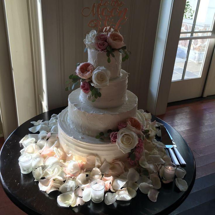 Beautiful floral dcor on wedding cake