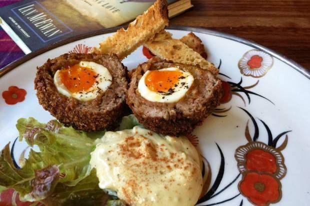 Scotch eggs με κοπανιστή και λουκάνικο Μυκόνου, μια παραλλαγή με εκλεκτά προϊόντα του νησιού όπως την εμπνεύστηκε ο Βαγγέλης Πελέκης