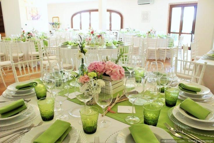 Decorazione dei tavoli del banchetto di nozze in color verde Greenery