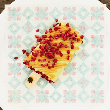 Paletas är namnet på mexikanska glasspinnar. I dessa svalkande paletas krävs perfekt mogen avokado för bästa resultat. Avokadon gör glassen snyggt gröna och härligt krämiga. Smaken av lime, syrlig färskost, söt kolasås och torkade bär är bara wow!