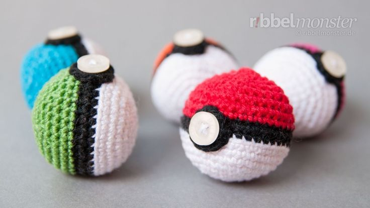 Video game crochet patterns: Pokeballs by RibbelMonster