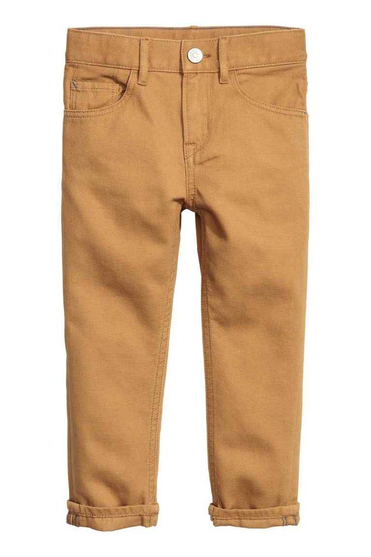 Твиловые брюки Regular fit: Брюки с пятью карманами из стираного хлопкового твила, стандартная посадка. Регулируемая резинка на талии, а также застежка на молнию и кнопку.